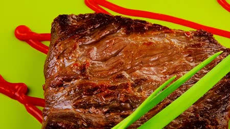 cielęcina : meat savory : grilled beef fillet mignon on green plate with chives and ketchup 1920x1080 intro motion slow hidef hd