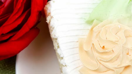 biszkopt : sweet food: tender cream cake served with rose 1920x1080 intro motion slow hidef hd Wideo