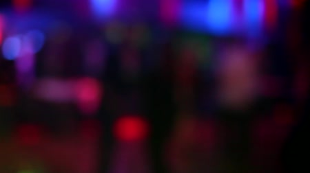 клуб : Night club life blur anonymous moving in dark with colored lights