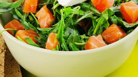 yemek tarifi : green salad with salmon and tomatoes on plate 1920x1080 intro motion slow hidef hd