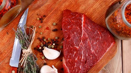 schab : fresh raw beef meat fillet flesh with peppercorn and thyme ready to grill on wood figured old style board over table with spices in glass 1920x1080 intro motion slow hidef hd Wideo