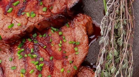 macro fotografia : fresh ripe grilled beef meat on pan 1920x1080 intro motion slow hidef hd
