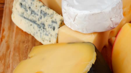 гауда : many delicious aged cheeses on wooden plate 1920x1080 intro motion slow hidef hd Стоковые видеозаписи
