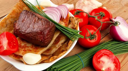 asal : roast meat : beef ( lamb ) steak garnished with onion   tomatoes salad and chives  on wooden table 1920x1080 intro motion slow hidef hd Stok Video