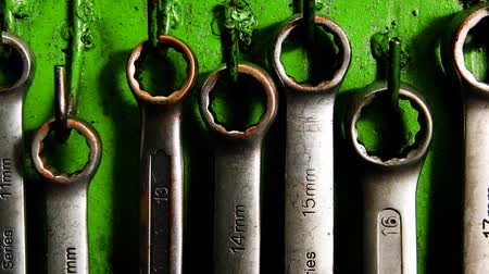 İngiliz anahtarı : set of real used stainless spanners on green wall 1920x1080 intro motion slow hidef hd