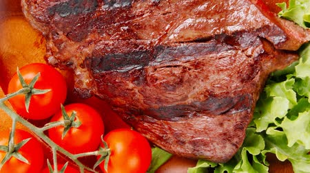 grillowanie : bbq beef meat fillet on wooden plate 1920x1080 intro motion slow hidef hd Wideo