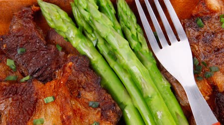 cielęcina : beef pork meat grilled ribs with asparagus and garlic over wooden background table 1920x1080 intro motion slow hidef hd