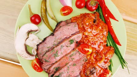 molho de tomate : beef on plate with peppers over wooden table 1920x1080 intro motion slow hidef hd