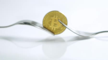 výhoda : Slide zoom in shot of Bitcoin fork concept on the white background with reflection