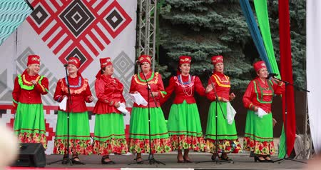 певец : Gomel, Belarus. Women Group In National Clothes Performing Folk Songs During Celebration Of Independence Day Of The Republic Of Belarus Стоковые видеозаписи