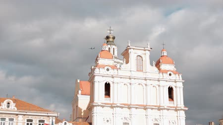балтийский : Vilnius, Lithuania. Plane Flying Above Church Of St. Casimir. Destination Scenic. Old Town Is UNESCO World Heritage. Famous And Popular Place Стоковые видеозаписи