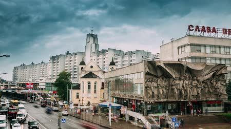 urss : Minsk, Belarus - June 14, 2018: Traffic Near Cathedral Of Saints Peter And Paul And Bas-relief Of The Soviet Era On Old Facade Building On Nemiga Street In Minsk, Belarus. Time Lapse, Time-lapse Vídeos