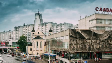 cara : Minsk, Belarus. Traffic Near Cathedral Of Saints Peter And Paul And Bas-relief Of The Soviet Era On Old Facade Building On Nemiga Street In Minsk, Belarus. Time Lapse, Time-lapse