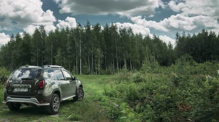 kompakt : Gomel, Belarus - Junly 5, 2018: Renault Duster SUV in summer forest landscape. Duster produced jointly by French manufacturer Renault. Time Lapse, Time-lapse Stok Video