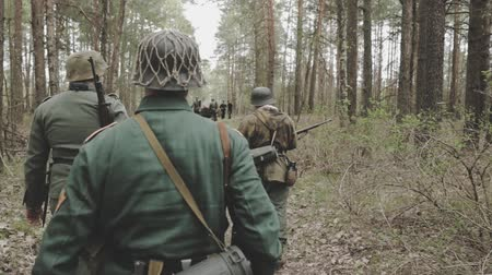 druhé světové války : Re-enactors Dressed As German Wehrmacht Infantry Soldier In World War II Marching Walking Along Forest Road
