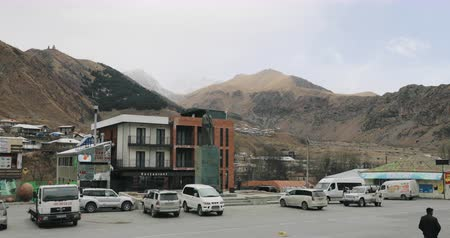 Stepantsminda, Georgia - November 11, 2018: Traffic On Square In Kazbegi Stok Video