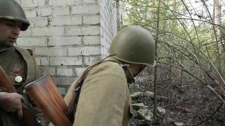 歩兵 : Gomel, Belarus - April 30, 2018: Russian Soldiers Of World War II Performing Mopping-up Operation. Red Army Infantry Cover Each Other During House Assault. Men Attacking During Historical Reenactment