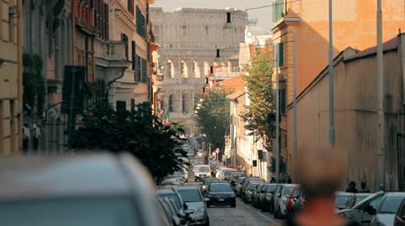 coliseu : Rome, Italy. Colosseum Also Known As Flavian Amphitheatre. Traffic In Rome Near Famous World Landmark