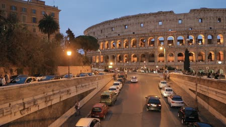 円形競​​技場 : Rome, Italy. Colosseum Also Known As Flavian Amphitheatre. Traffic In Rome Near Famous World Landmark