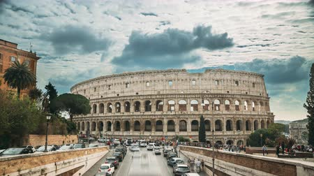 imparatorluk : Rome, Italy. Colosseum. Traffic Near Flavian Amphitheatre. Famous World Landmark. UNESCO Stok Video