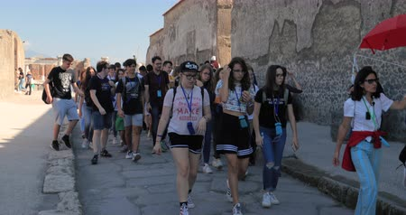 pompei : Pompeii, Italy - October 18, 2018: Group Of Tourists Walking Near Remains Of Ancient Building In Sunny Day. UNESCO World Heritage Site