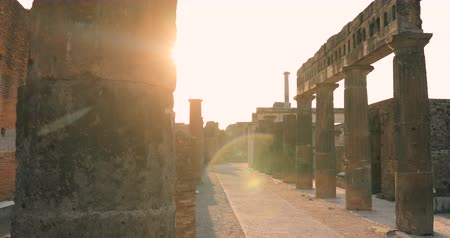 arkeolojik : Pompeii, Italy. Beautiful Sun Sunshine Through Throuh Remains Of Ancient Building On Territory Of Pompeii Forum. Sunlight During Sunset