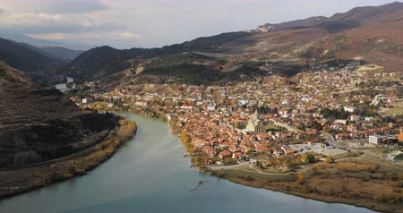 georgi�« : Mtskheta, Georgia. Top View Of Ancient Town Located At Valley Of Confluence Of Rivers Mtkvari Kura And Aragvi In Picturesque Highlands. Autumn Season Stockvideo