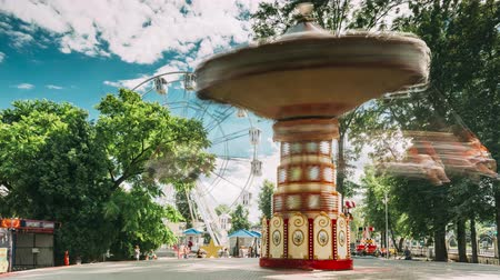 rotação : Rotating High Speed Carousel Merry-Go-Round In City Amusement Park
