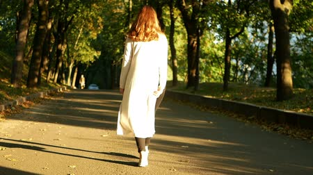 camurça : Woman walking in the park