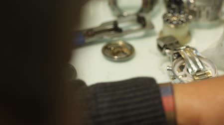 dívat se : Watchmaker is working on removing the battery of quartz watches and analyzing the clock. Shooting close-up - the hands of a professional watchmaker. Dostupné videozáznamy