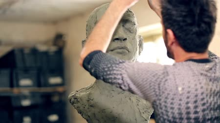 soška : Sculptor is working on the creation of a monument