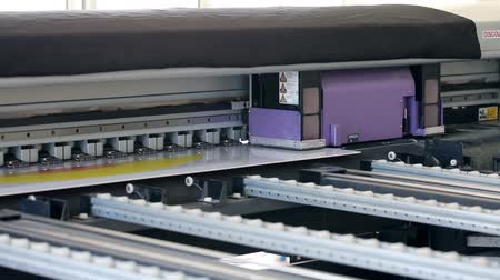 рукав : Working industrial large format UV printer for printing on big plastic panel. Printer machine inkjet during production.