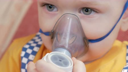 chřipka : The kid himself holding a mask from an inhaler and breathes the medicine at home. Treats inflammation of the airways via nebulizer. Preventing asthma and cough.