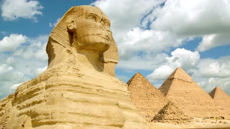 egyiptom : Timelapse of the famous Sphinx with great pyramids in Giza valley, Cairo, Egypt