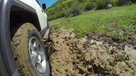 bahno : Jeep rides through the mud in the forest Dostupné videozáznamy