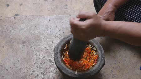 mártás : Pounding Thai chili sauce mix with sugar palm in stone mortar with pestle