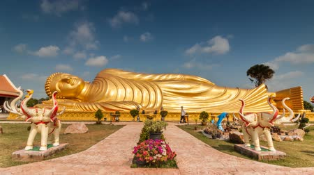 статуя : Timelapse of passing cloud over gold reclining buddha at Wat-lampour,Koh Yor Songkhla