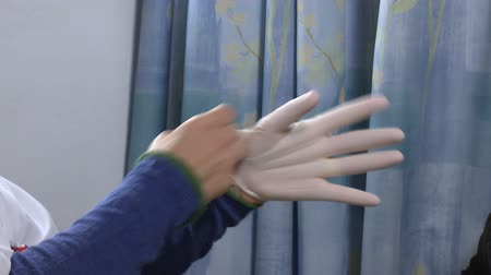 hemşire : Nurse wear gloves