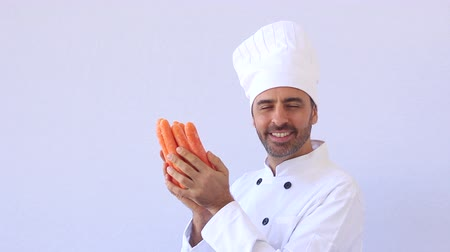 şef : Chef holding carrots