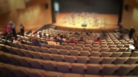 koncert : Timelapse of spectators filling concert hall