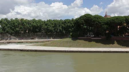 baixo : The Tiber river in middle of the flow of the Tiber River