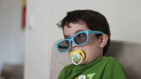 emzik : Kid with 3D glasses watch 3D content