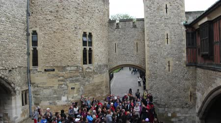 vezetett : Large group of visitors on a guided tour in the Tower of London
