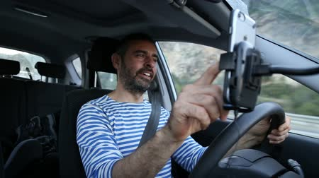 řidič : Using phone while driving
