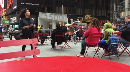уличный свет : Red chairs and tables on Times Square NYC Стоковые видеозаписи