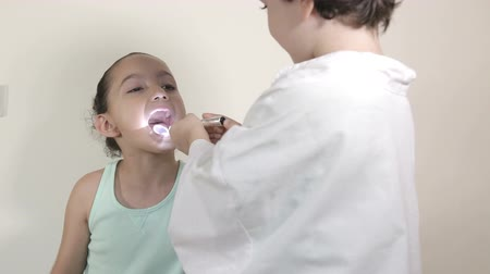 pędzel : Shot of Young kids role play patient at the dentist