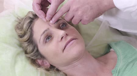 pontos : Shot of Woman Patient During Facial Acupuncture Treatment In a Clinic