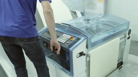 genişlik : Operating Digital Inkjet Printer Stok Video