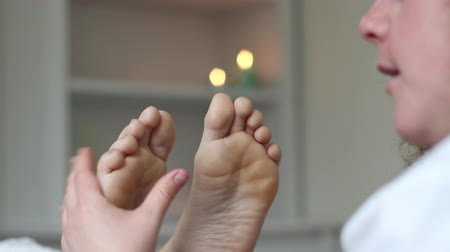 shiatsu : Reflexologist performs speak with patient during feet diagnosis
