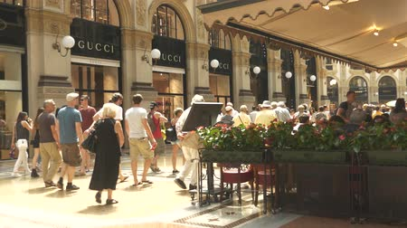 galleria vittorio emanuele ii : Many people visiting European shopping mall in Milan Stock Footage